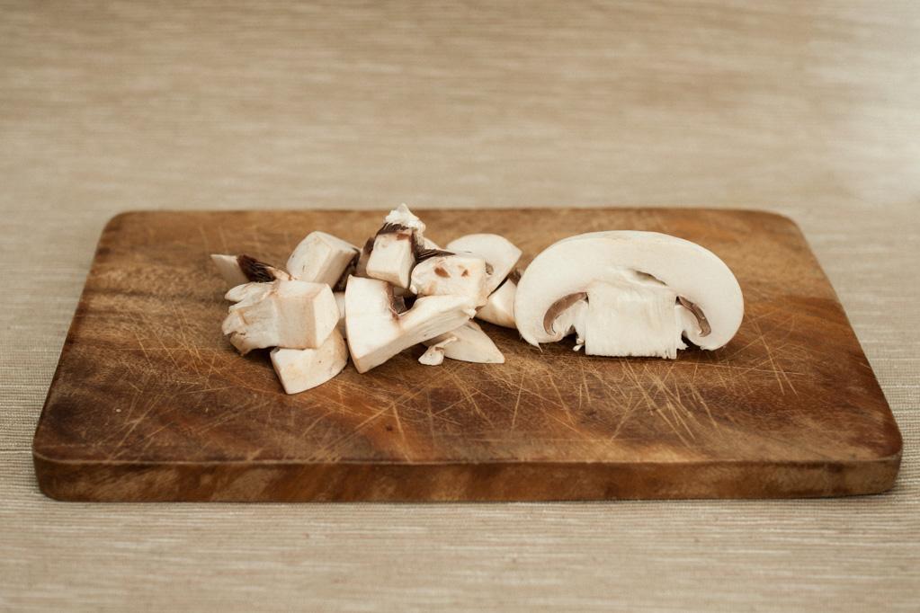 Penne al forno con funghi e crema di piselli - tagliare i funghi