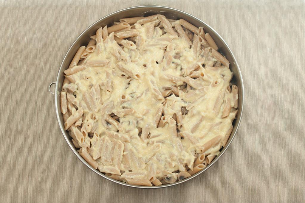 Penne al forno con funghi e crema di piselli - aggiungere la besciamella
