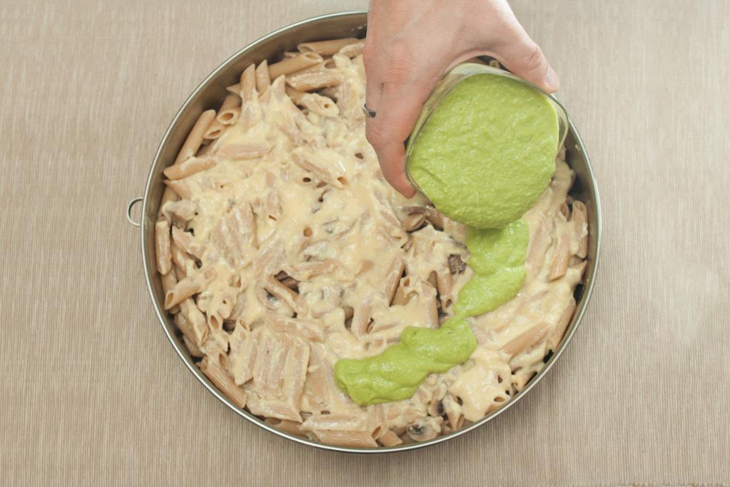 penne al forno con funghi e crema di piselli - versare la crema di piselli