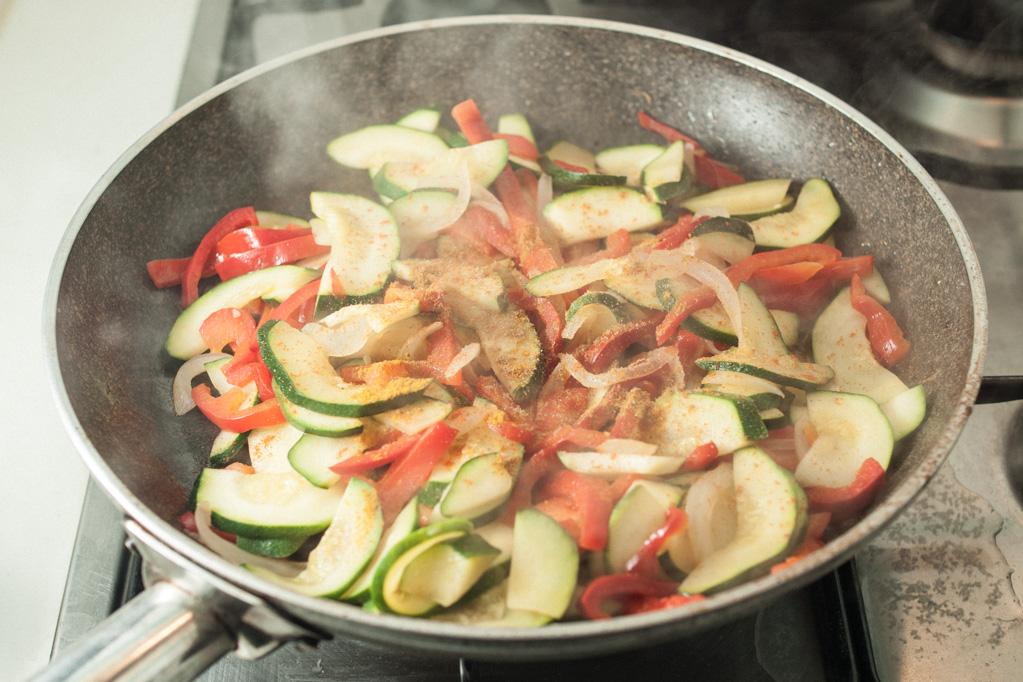 bocconcini di soia con verdure - aggiungere le spezie