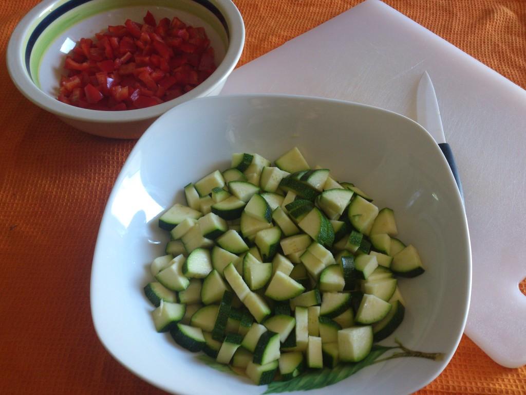 riso saltato con verdure - taglio zucchine e peperoni