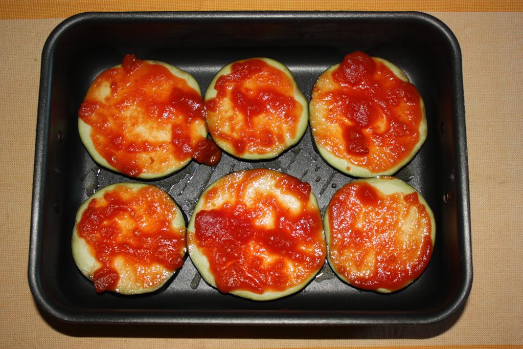 torre di zucchine e melanzane - versare la salsa di pomodoro