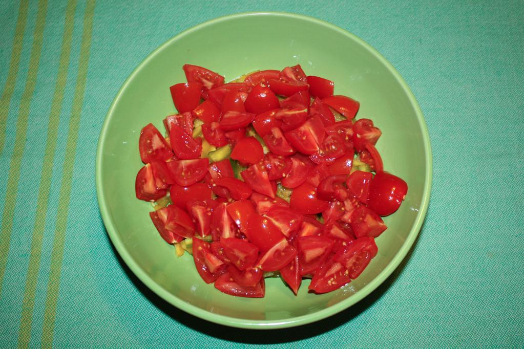 insalata di farro - tagliare i pomodori