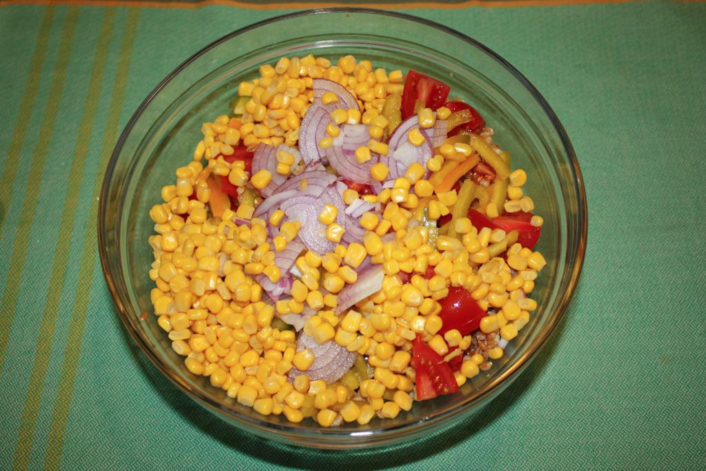 insalata di farro - aggiungere mais e cipolla