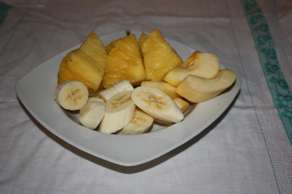 spiedini di frutta su letto di crema - tagliare la frutta