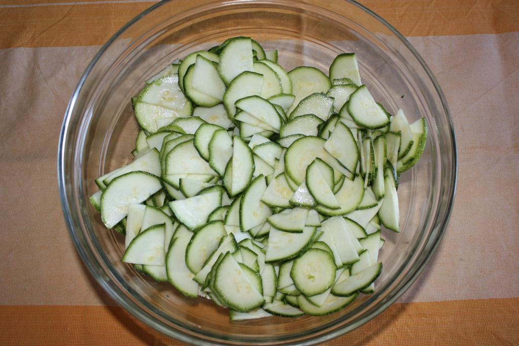 quiche di zucchine e peperoni - tagliare le zucchine