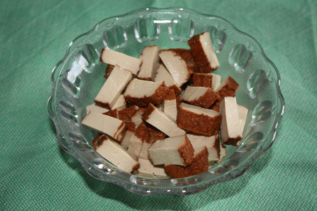 carbonara vegan - taglio a pezzi il tofu
