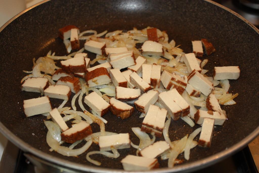 carbonara vegan - saltare il tofu