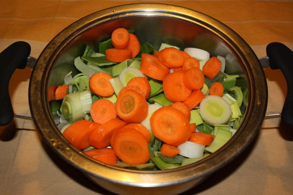 vellutata di porri e carote - tagliare le carote