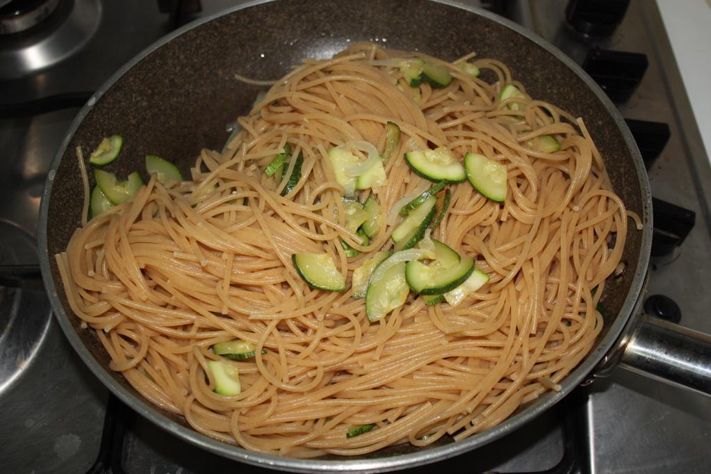 spaghetti alle zucchine e pesto di pomodori secchi - aggiungere la pasta alle zucchine
