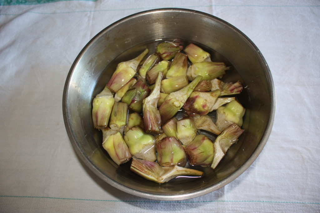carciofi gratinati con noci - tagliare i carciofi