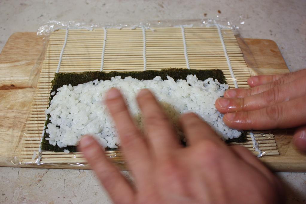 sushi - aggiungere il riso sull'alga