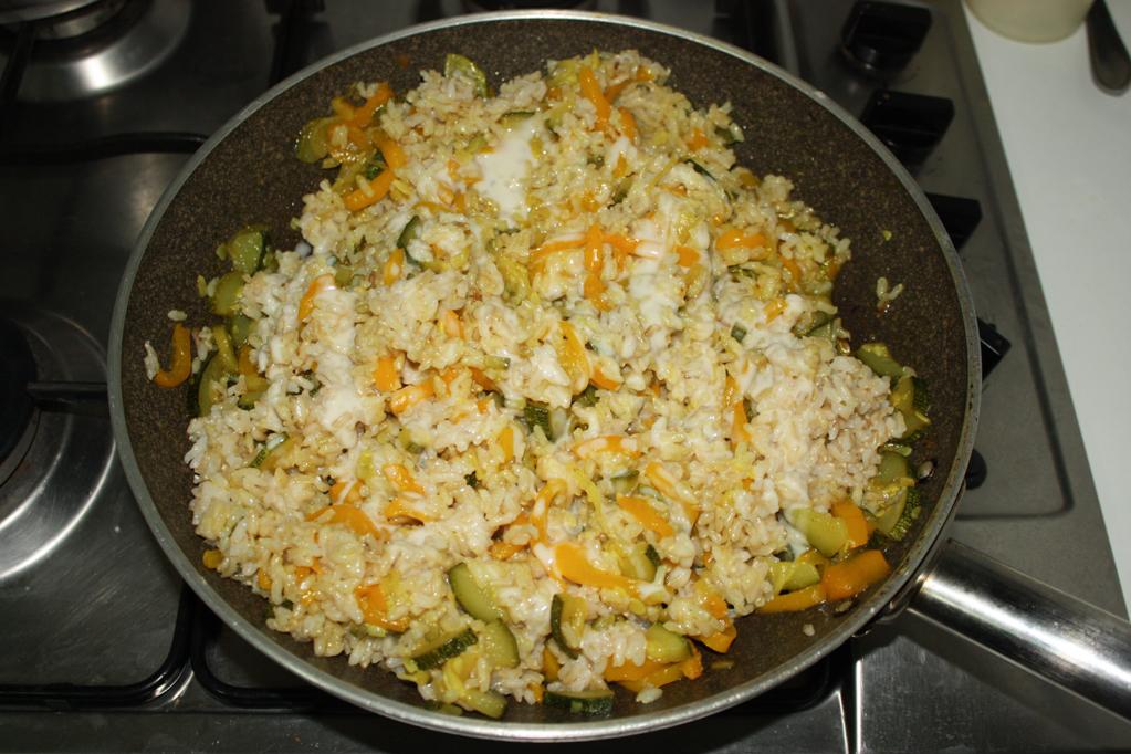 riso saltato con zucchine e peperoni - unire il riso alle verdure