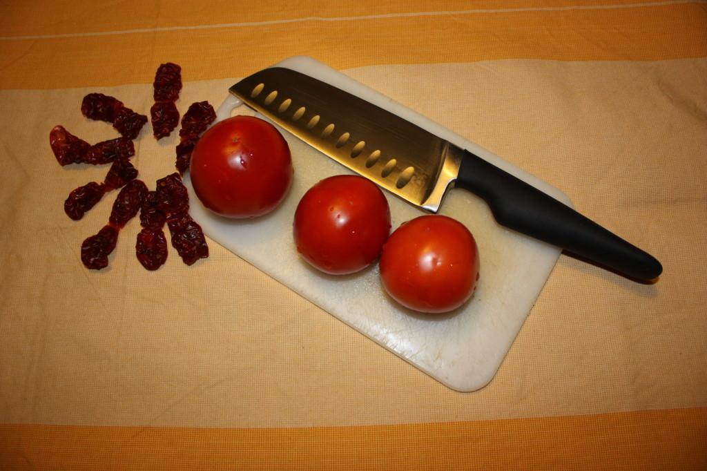 mattoncini di zucchine e tofu con crema di pomodoro - tagliare i pomodori