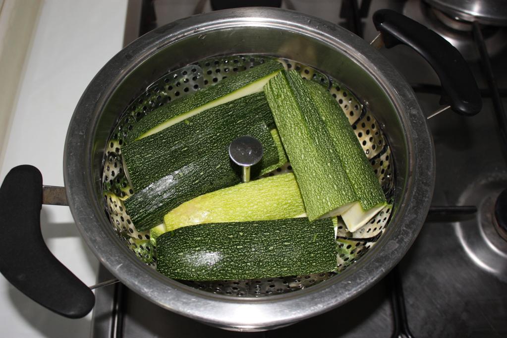 linguine con pesto di zucchine e mandorle - lessare le zucchine