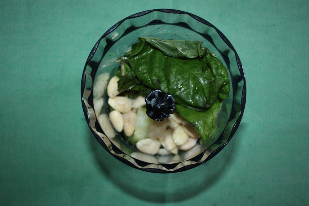 linguine con pesto di zucchine e mandorle - frullare tutto