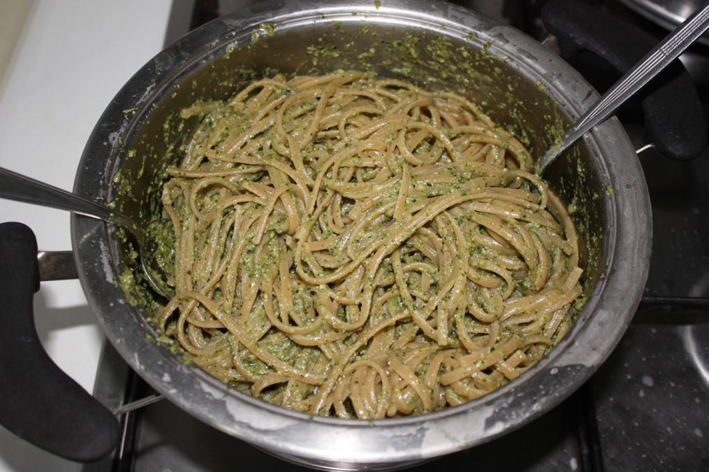 linguine con pesto di zucchine e mandorle - unire pasta e pesto