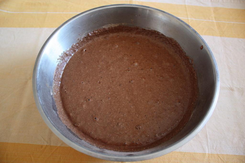 torta vegan al cioccolato e pere - unire i composti