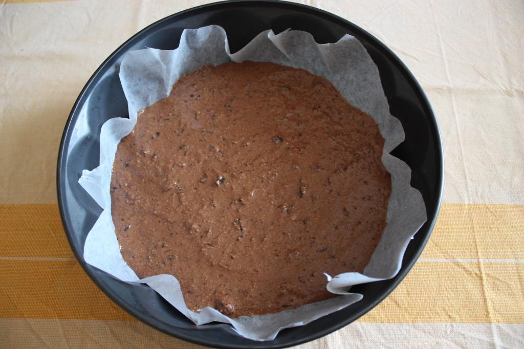 torta vegan al cioccolato e pere - versare il composto sul fondo