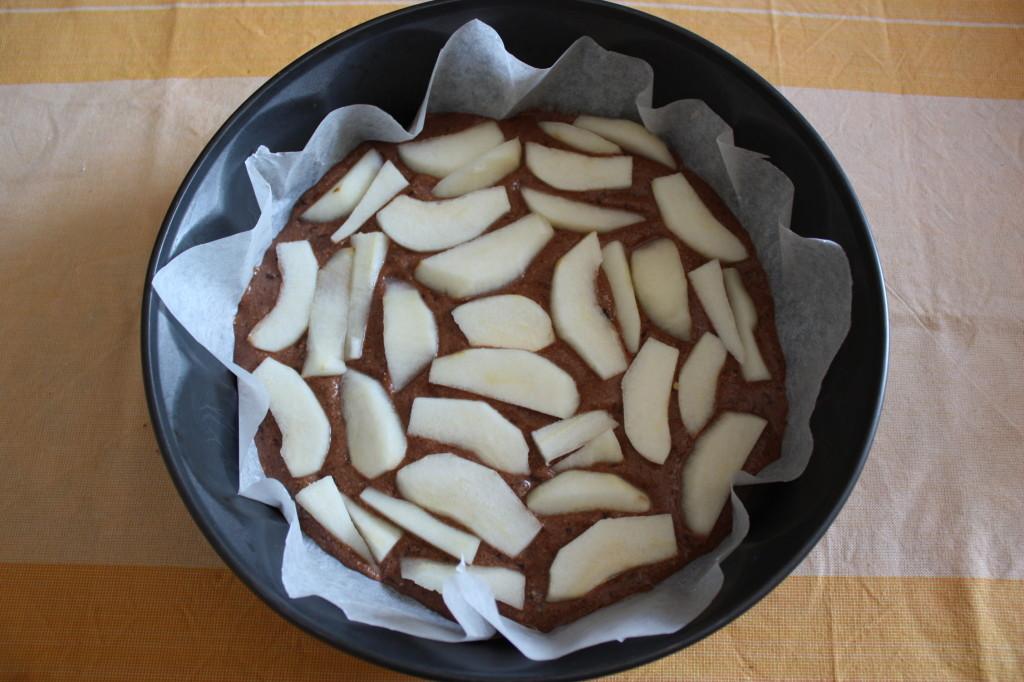 torta vegan al cioccolato e pere - aggiungere le pere