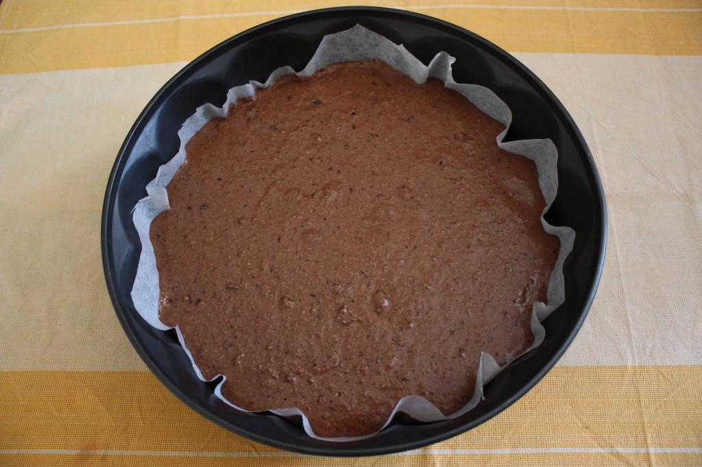 torta vegan al cioccolato e pere - versare tutto il composto