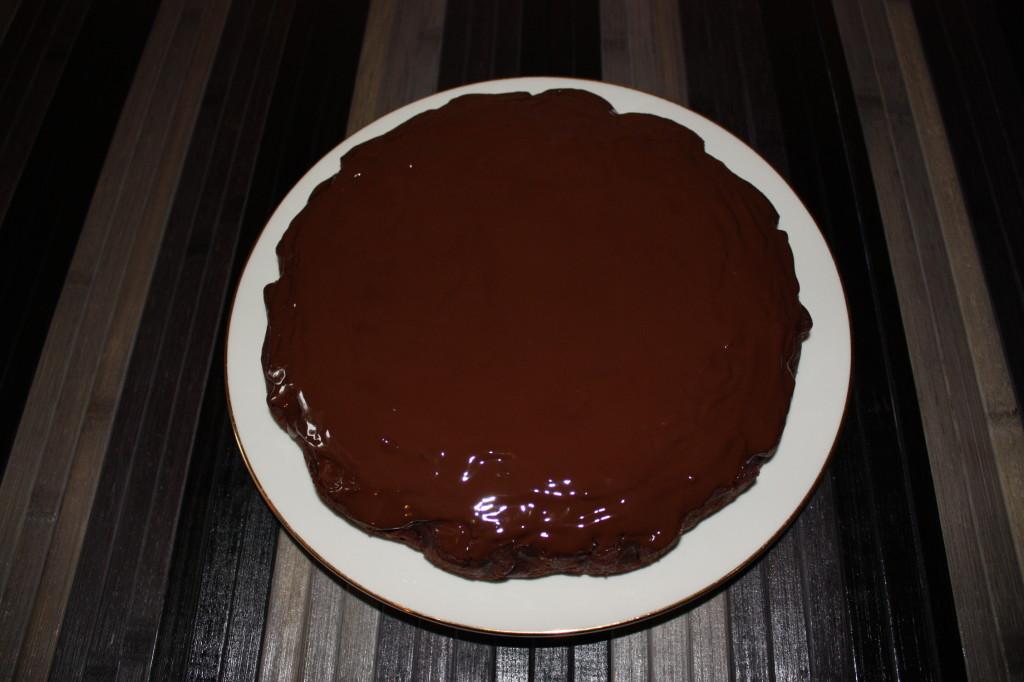 torta vegan al cioccolato e pere - versare cioccolato sulla superficie