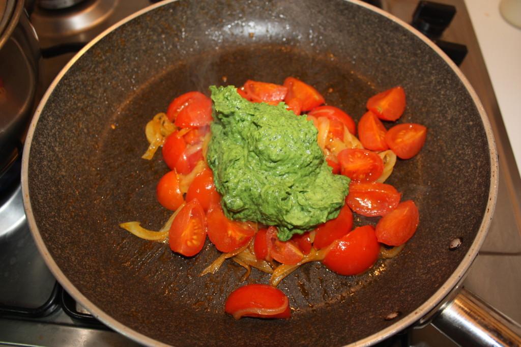 penne al pesto di rucola e avocado - aggiungere il pesto ai pomodori