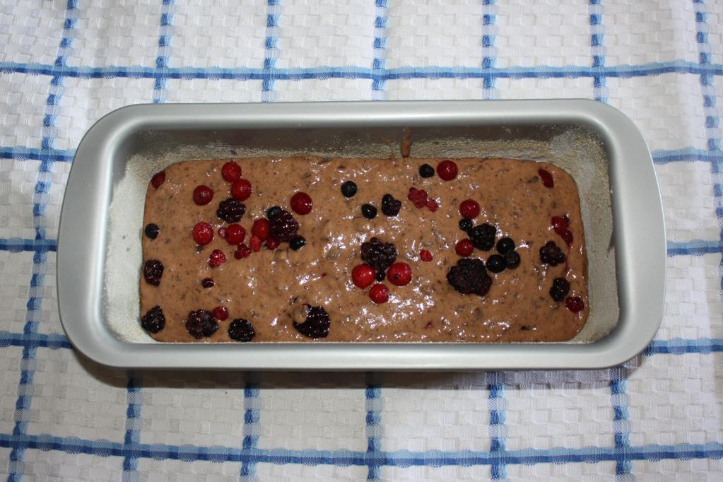 Plumcake al cioccolato e frutti di bosco - aggiungere i frutti di bosco