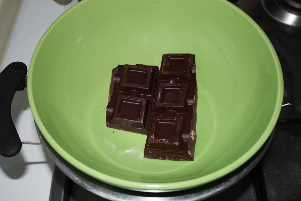 Plumcake al cioccolato e frutti di bosco - sciogliere il cioccolato