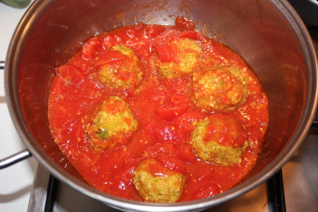 polpette di soia al sugo - aggiungere la salsa