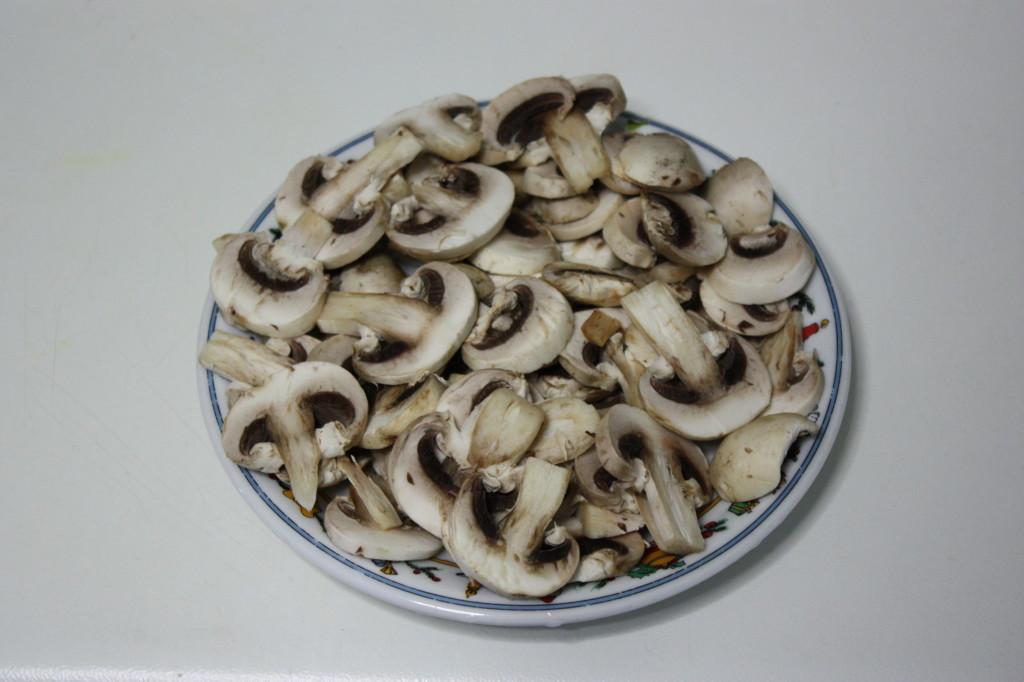 fusilli con funghi e pomodori secchi - tagliare i funghi