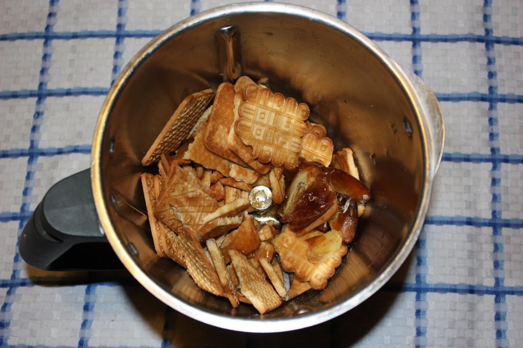 cheesecake di tofu alle pere - frullare i biscotti