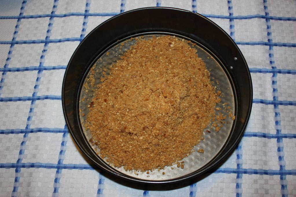 cheesecake di tofu alle pere - stendere i biscotti