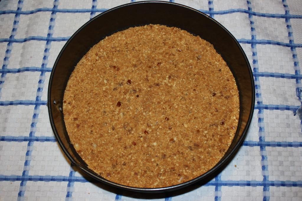 cheesecake di tofu alle pere - compattare la base