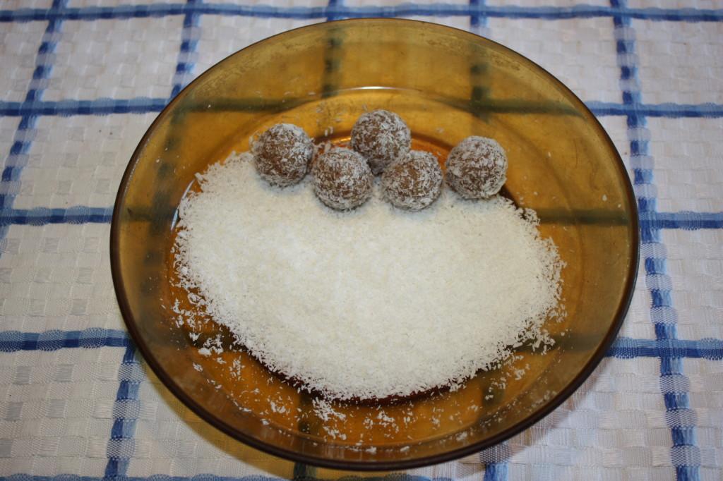 palline dolci di cous cous - rotolare nella farina di cocco