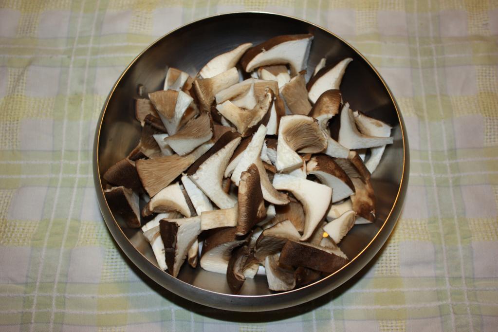 vellutata di patate e funghi - tagliare i funghi