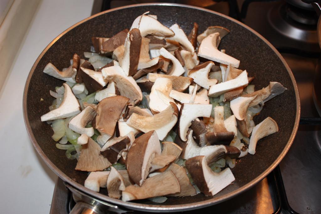 vellutata di patate e funghi - cuocere i funghi