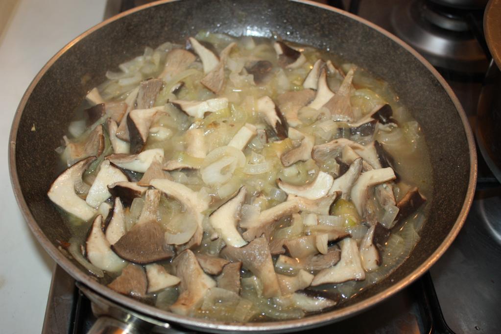 vellutata di patate e funghi - funghi e cipolle