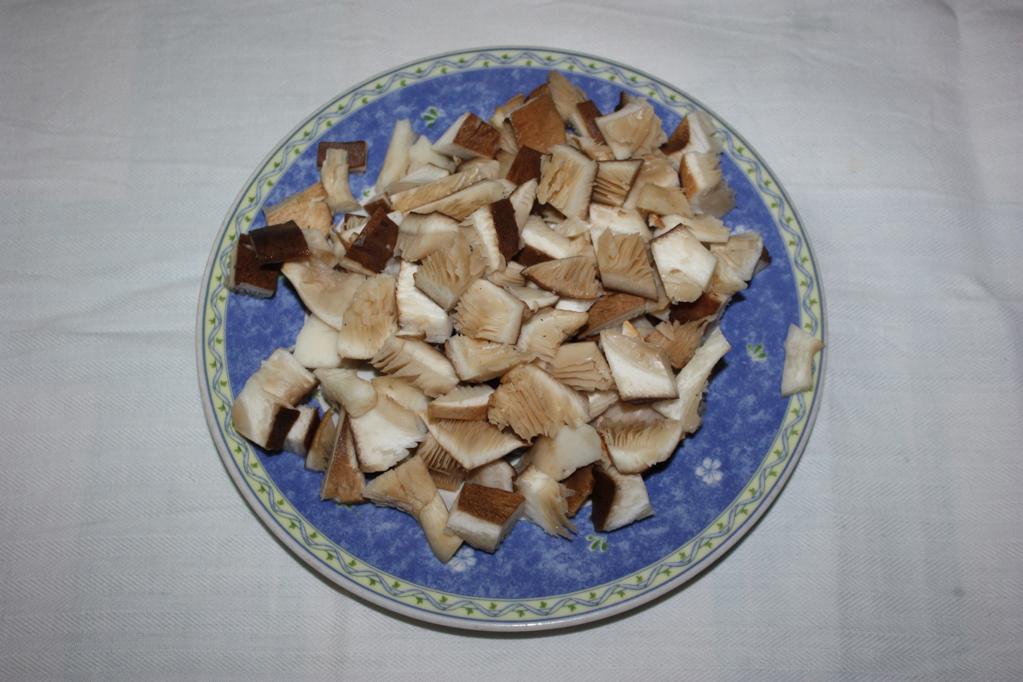 Crespelle ai funghi - tagliare i funghi