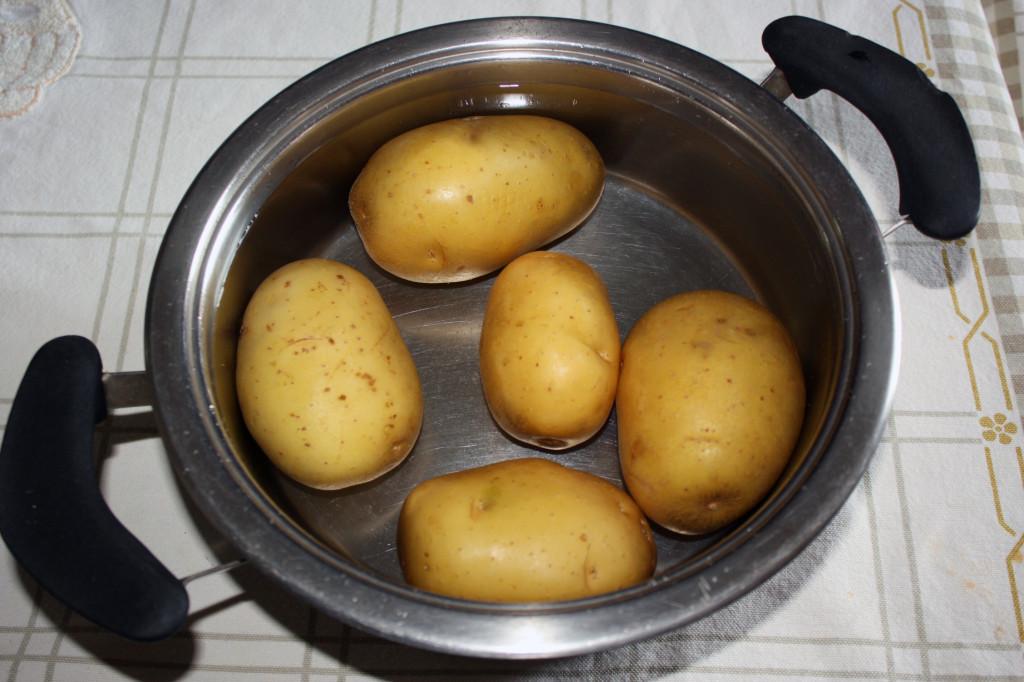 biscotti alla patate - lessare le patate
