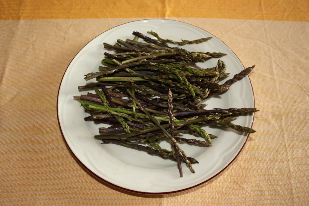 riso venere con asparagi - tagliare gli asparagi