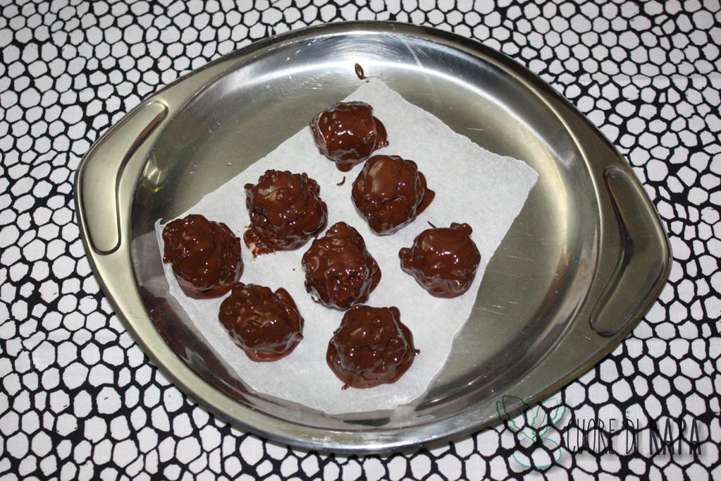 palline di muesli ricoperte di cioccolato - ricoprire di cioccolato