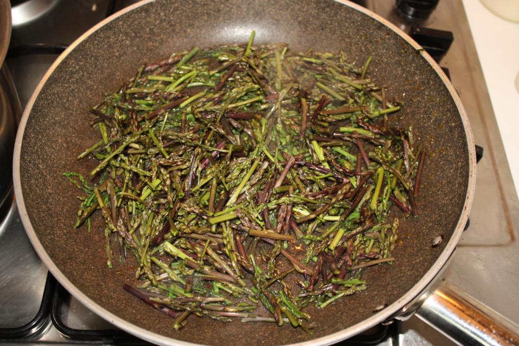 farfalle con asparagi e crema di carote - cuocere gli asparagi