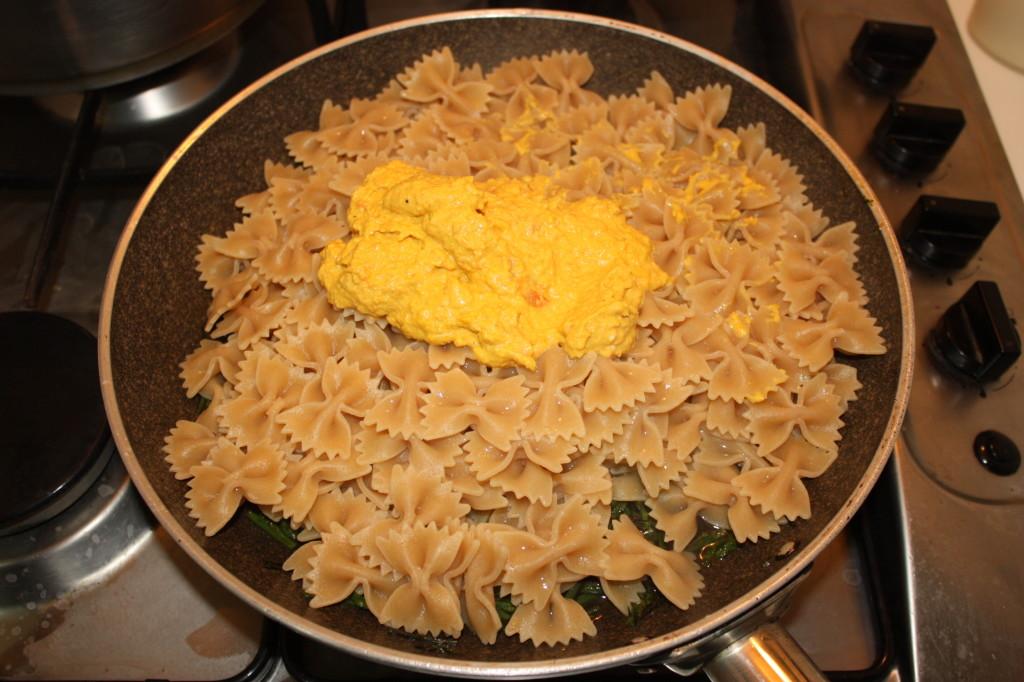 farfalle con asparagi e crema di carote - versare la pasta nella padella