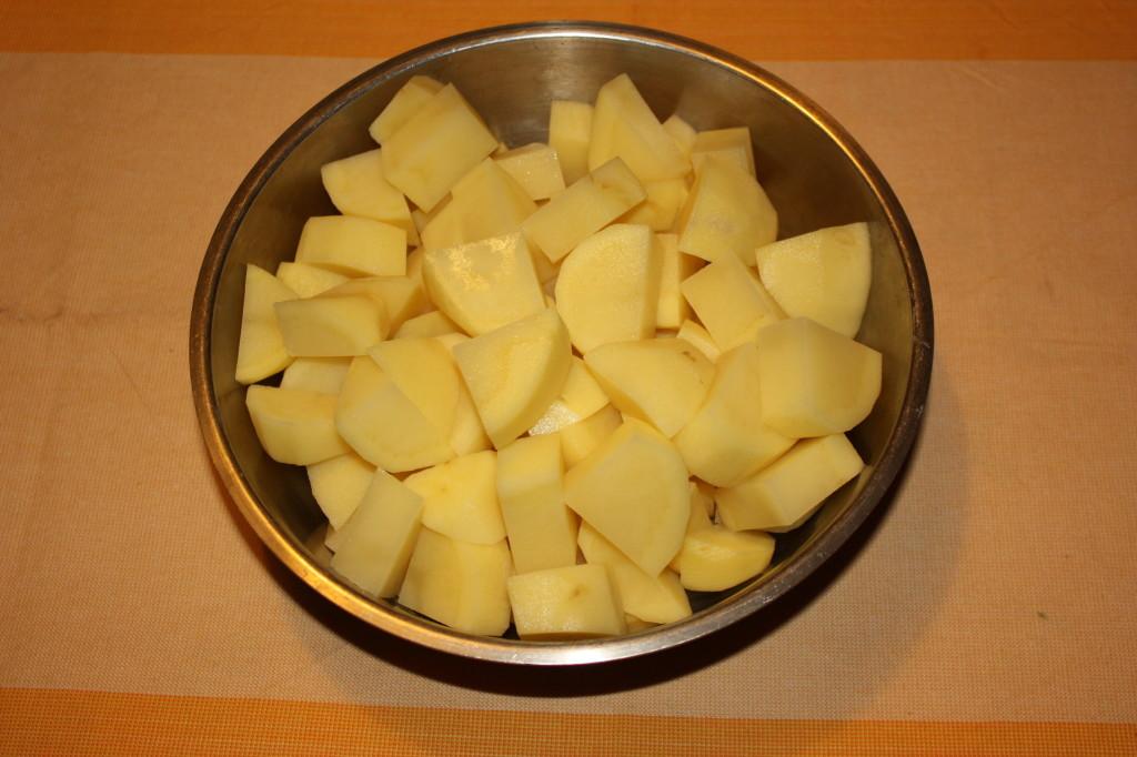 patate con salsa allo yogurt - tagliare le patate