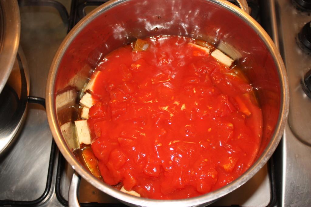 penne al pomodoro e tofu affumicato - cuocere il sugo