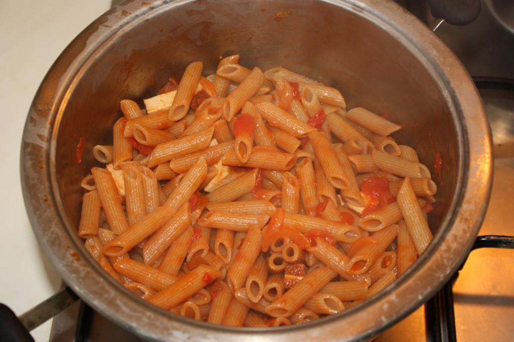 penne al pomodoro e tofu affumicato - unire la pasta con il sugo