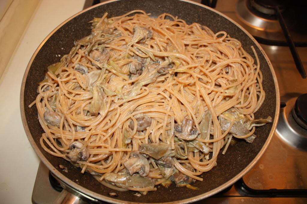 spaghetti con funghi e carciofi - unire gli spaghetti