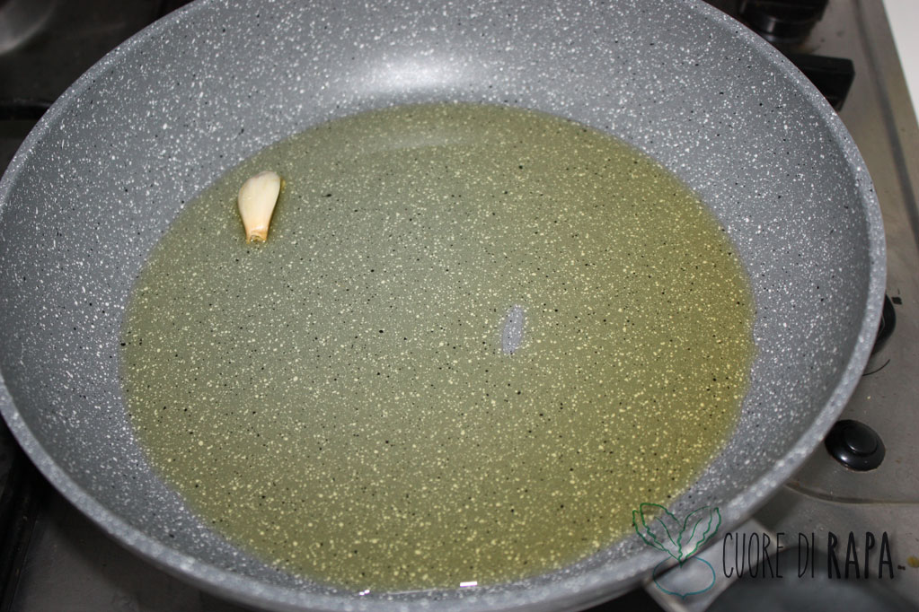 linguine alghe e pomodorini - soffriggere aglio