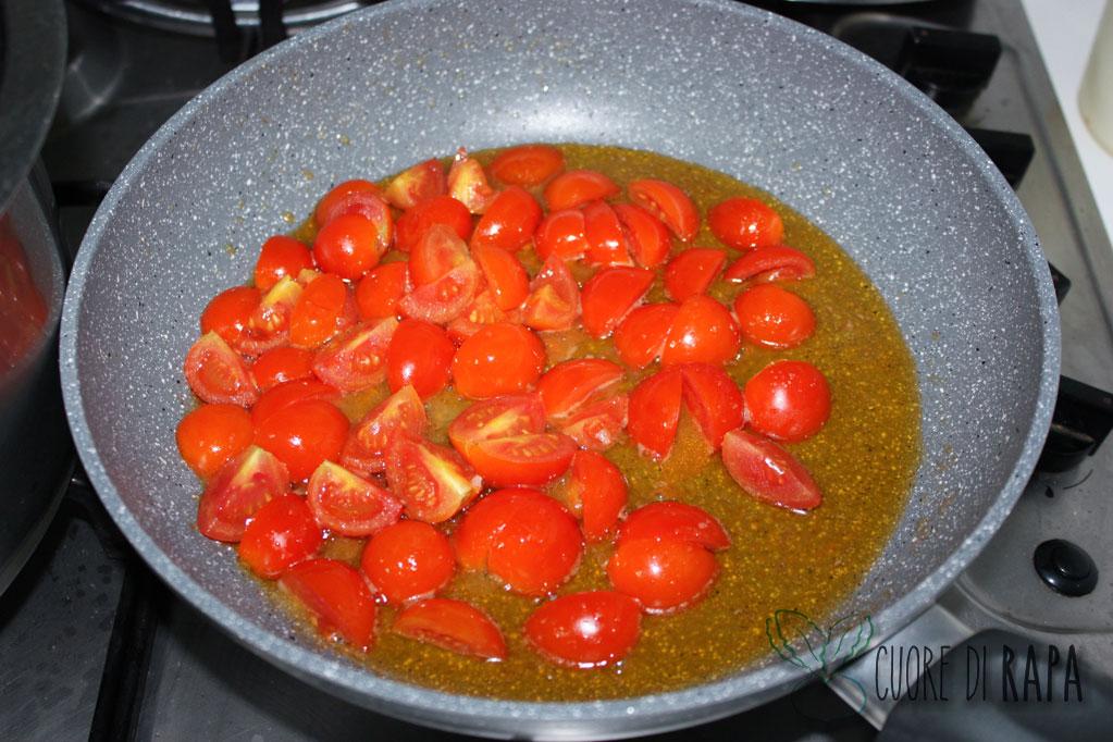 linguine alghe e pomodorini - saltare i pomodorini